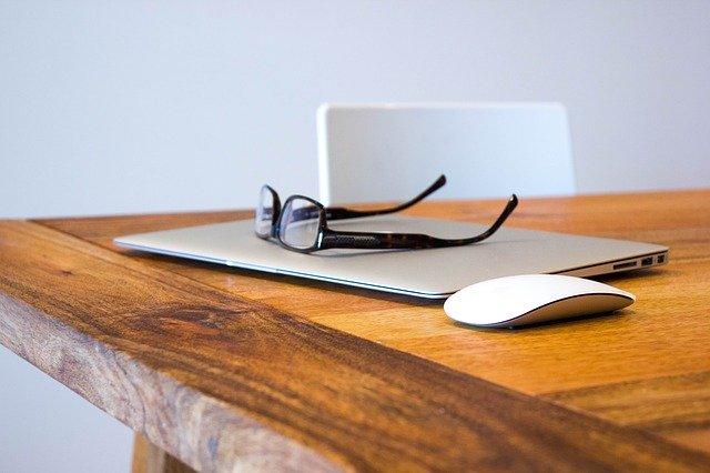 Praca przed komputerem – jak radzić sobie z zagrożeniami zdrowotnymi?